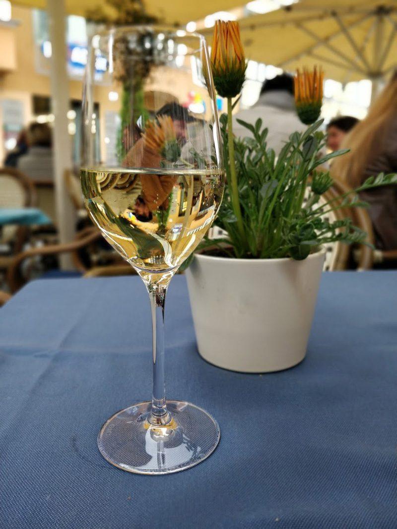 46584c22d6db Efter två glas vin började jag bli hungrig, så jag promenerade vidare för  att leta efter något trevligt ställe att äta på. Jag ville inte äta allt  för dyrt ...